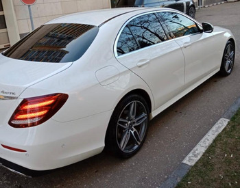 Аренда автомобиля Белый Мерседес Е213 с водителем 1