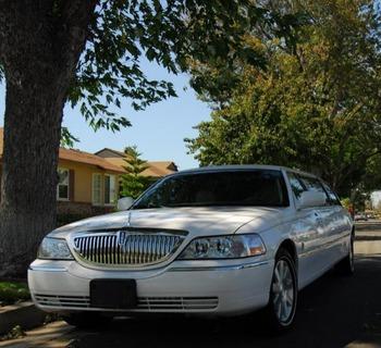 Аренда автомобиля Lincoln Town Car (7 мест, белый)  с водителем
