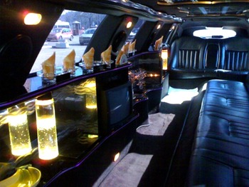Аренда автомобиля Лимузин Lincoln Town Car белый 13  с водителем 0