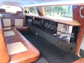 Аренда автомобиля Лимузин Lincoln Town Car белый  с водителем 1